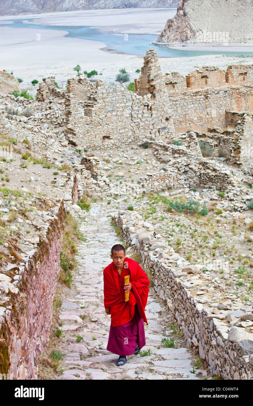 Monk and ruins at Puntsoling Monastery, Tibet - Stock Image