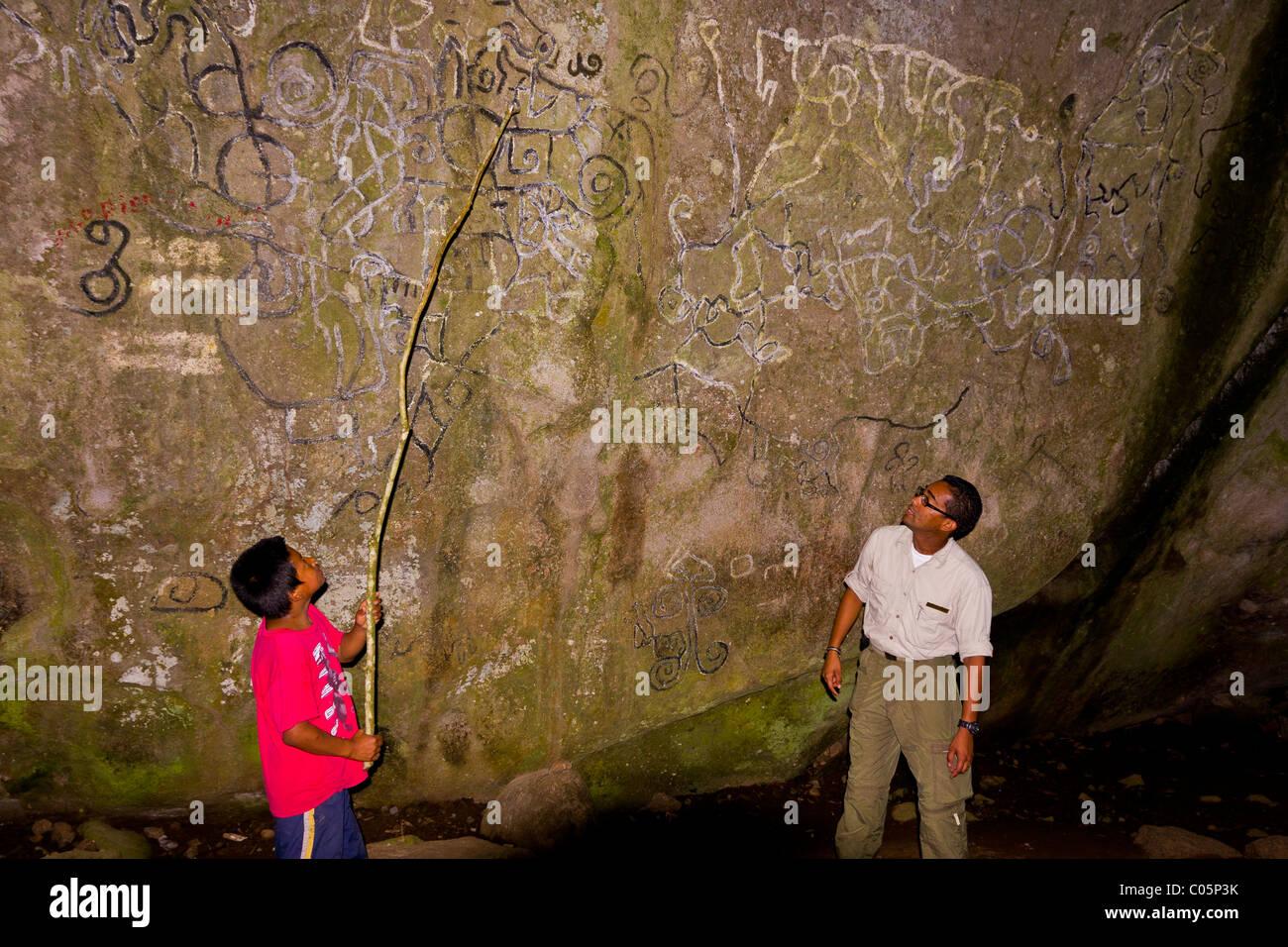 EL VALLE de ANTON, PANAMA - Petroglyphs, indigenous rock art and tour guides, at the Sendero de la Piedra Pintada. - Stock Image
