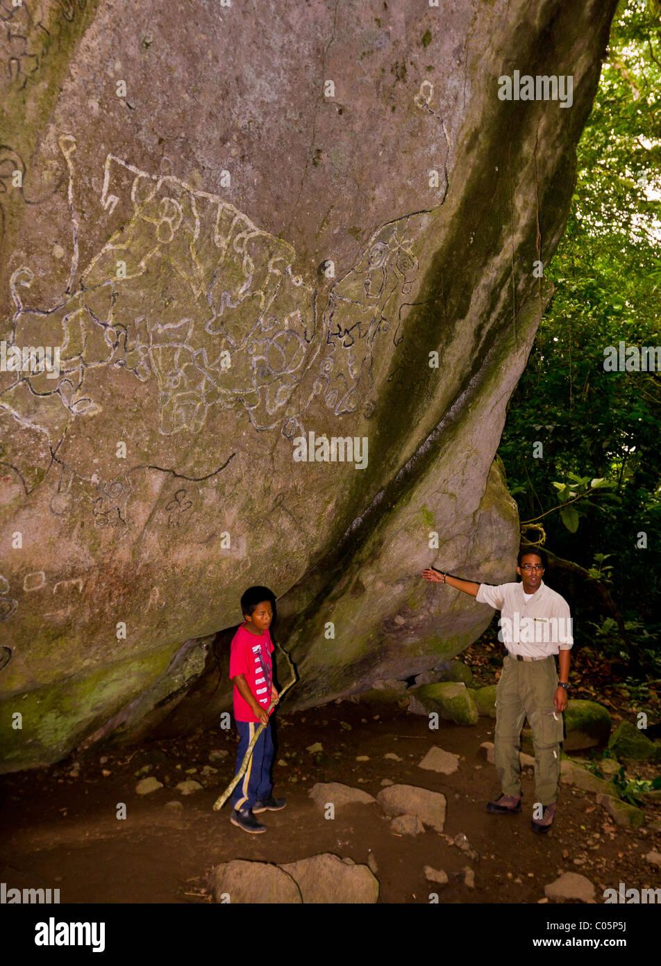 EL VALLE de ANTON, PANAMA - Indigenous rock art and tour guides, at the Sendero de la Piedra Pintada. - Stock Image