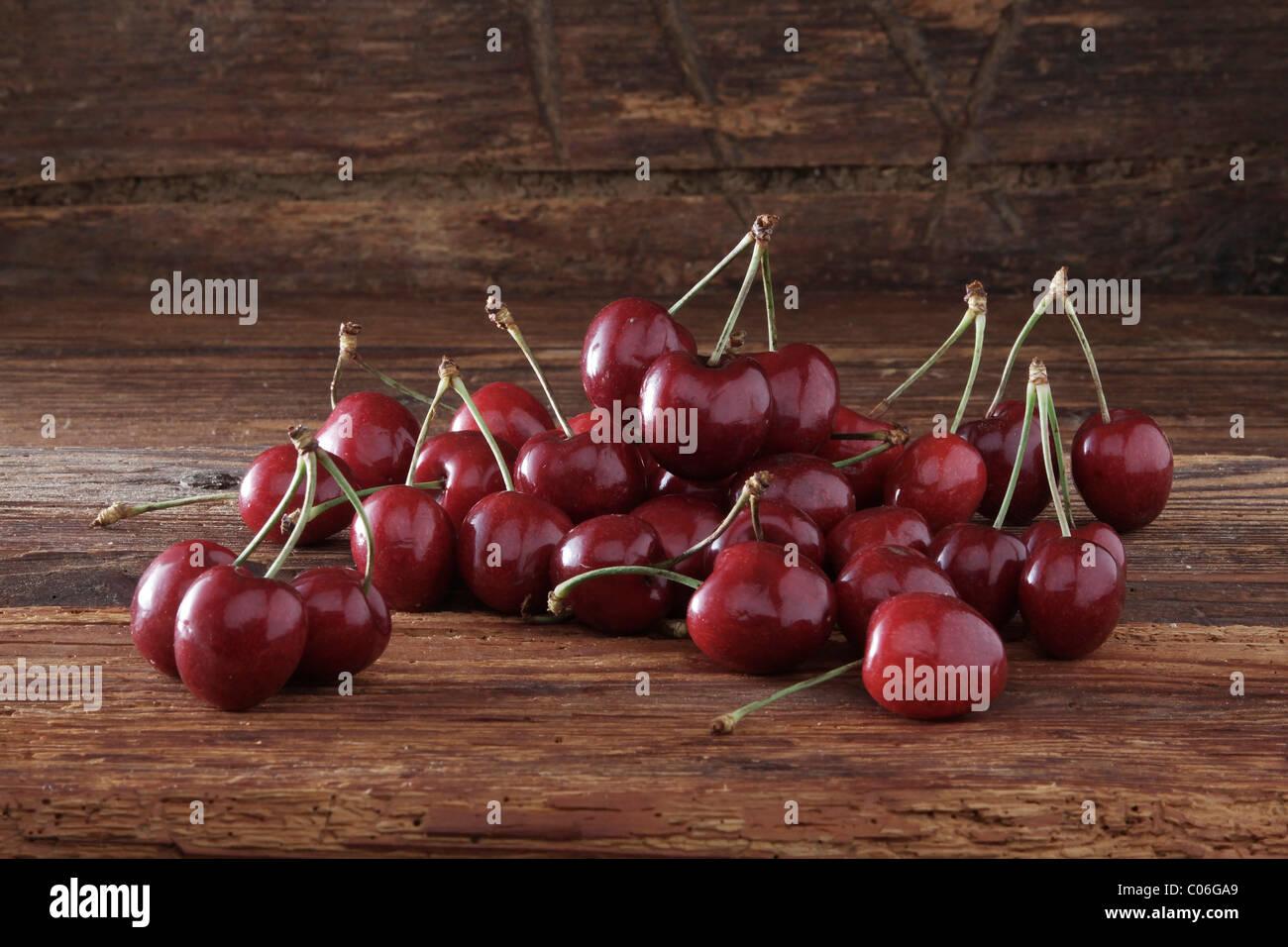 Cherries on rustic wood - Stock Image