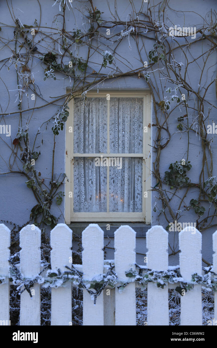 A traditional Irish cottage sash window at Bunratty, Co Clare, Rep of Ireland - Stock Image