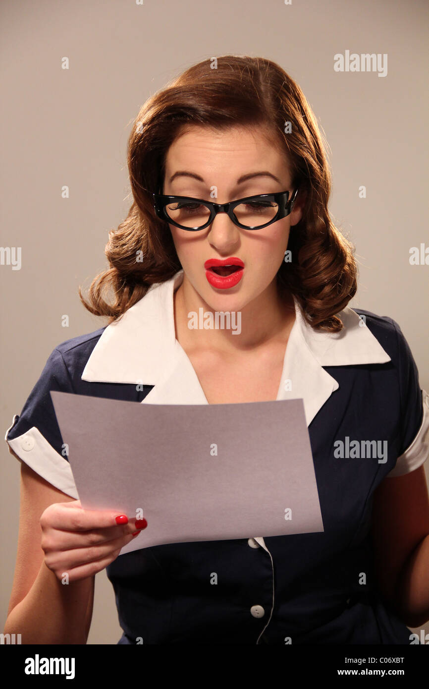 Woman reading a letter - Stock Image