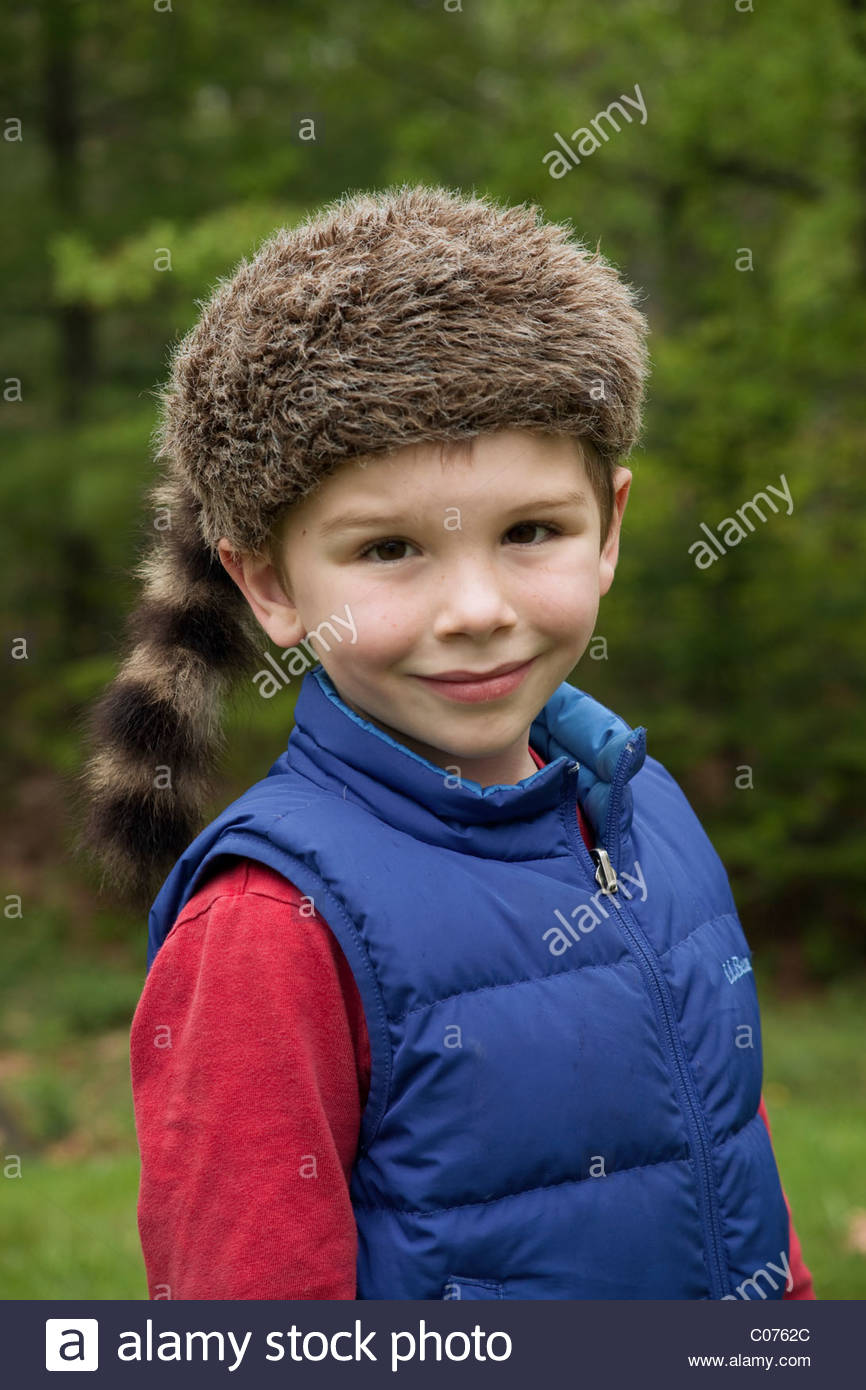 3abcebb2329 Boy in a coonskin cap Stock Photo  34579172 - Alamy