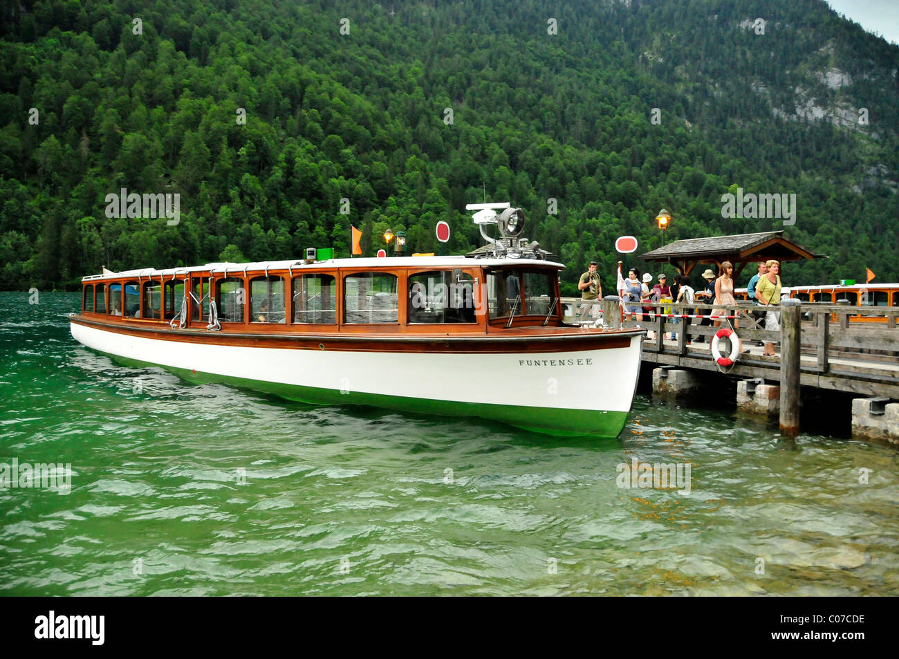 Electric boat 'Funtensee' of the Koenigssee-Schifffahrt line at the pier at the pilgrimage church of St. - Stock Image