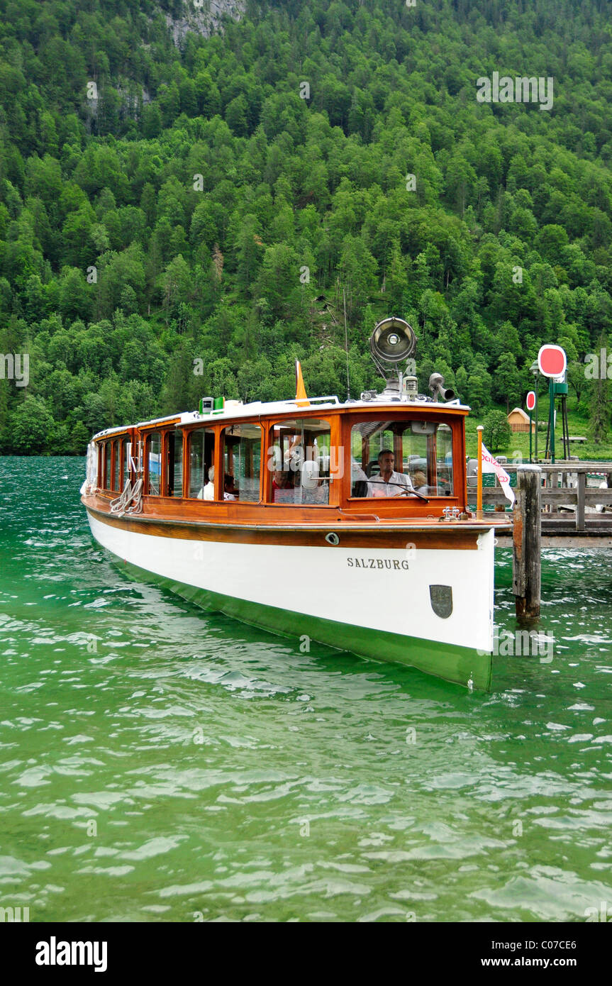 Electric boat 'Salzburg' of the Koenigssee-Schifffahrt line at the pier at the pilgrimage church of St. - Stock Image