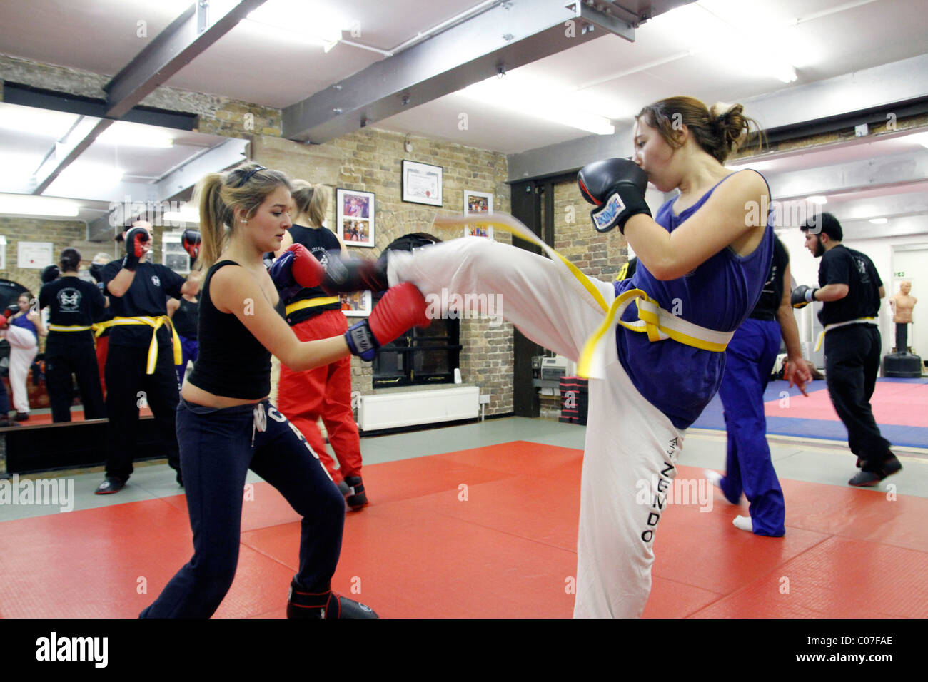 UK. KICKBOXING ACADEMY CLASS IN LONDON FOR YOUNG MEN AND WOMEN - Stock Image