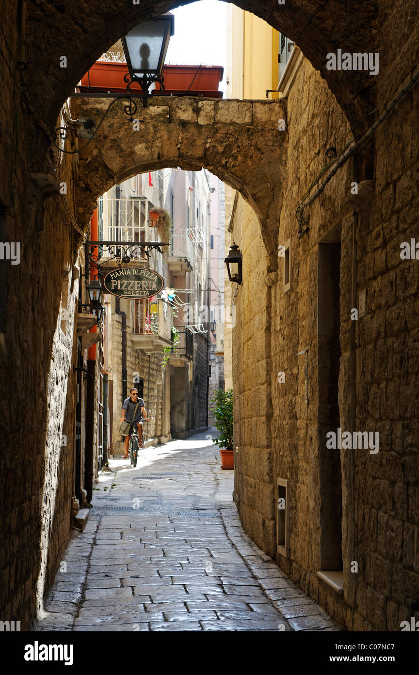 Archway in the alleys of the old town, Trani, Apulia or Puglia, South Italy, Europe - Stock Image