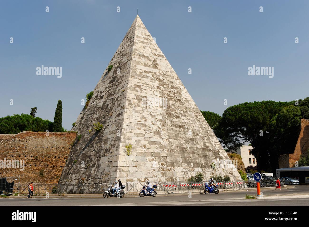 Cestius Pyramid, Piramide di Caio Cestio, Piazzale Ostiense, Rome, Italy, Europe Stock Photo