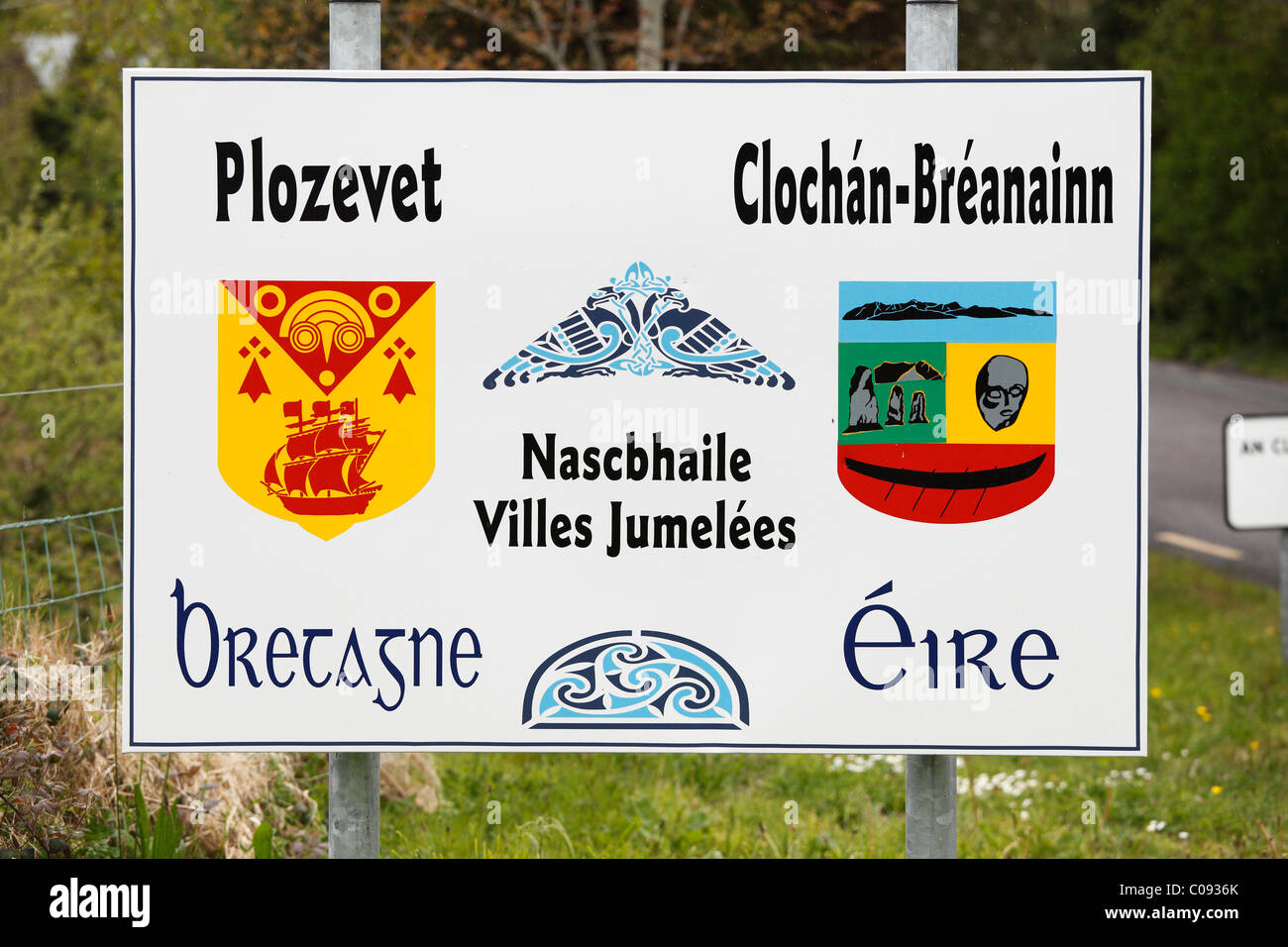 Sign in Irish and French for twin cities Plozevet in Brittany and Brandon-Cloghan in Ireland, Dingle Peninsula, - Stock Image
