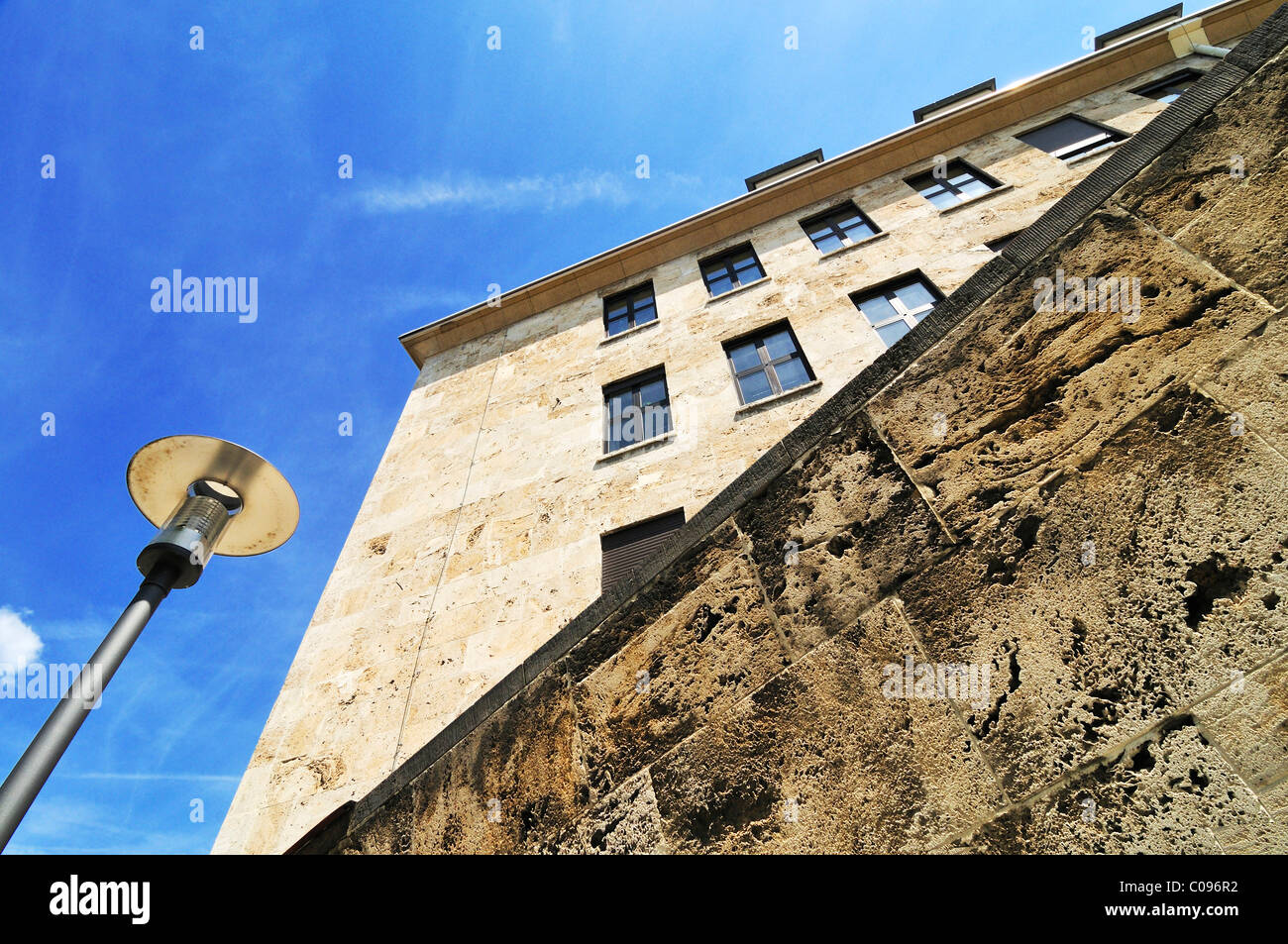 Wall and street lamp in front of the former McGraw Kaserne barracks, Munich, Bavaria, Germany, Europe - Stock Image