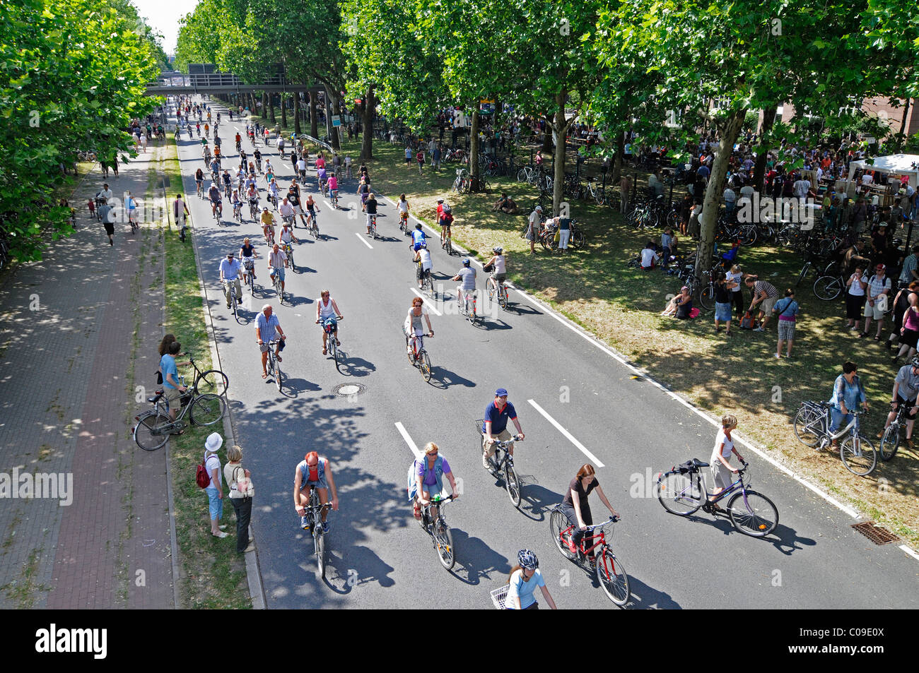 Cyclists, Still-Leben Ruhrschnellweg, B1, A 40 motorway, motorway blocked for cars, art event, Capital of Culture - Stock Image