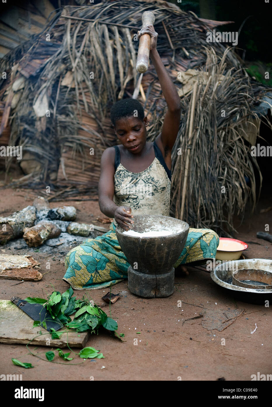 Baka pygmy WOMAN AT WORK - Stock Image