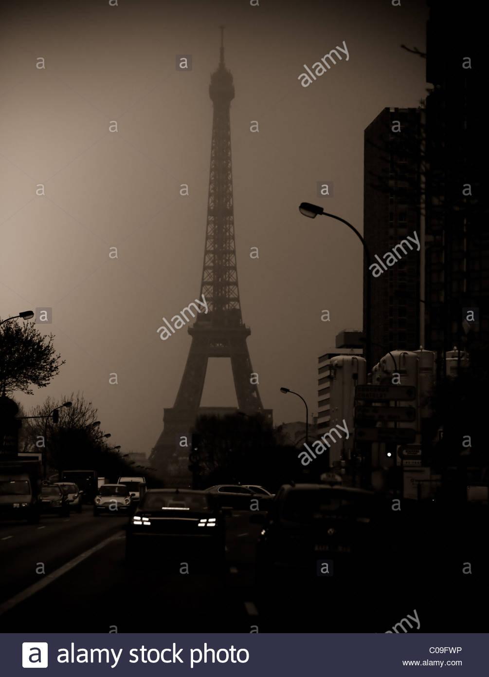 Street scene Paris France - night evening dark fog mist foggy - Stock Image