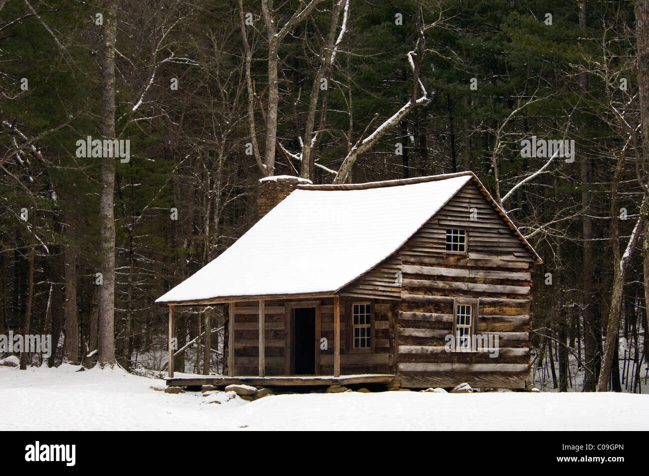 Carter Shields Cabin and Fresh Snow in Cades Cove in the Great Smoky Mountains National Park in Tennessee - Stock Image