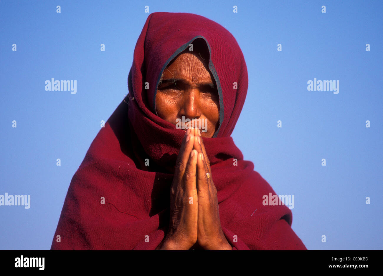 Woman greeting with clasped hands, Namaste salutation, Thar Desert, Rajasthan, India, Asia - Stock Image