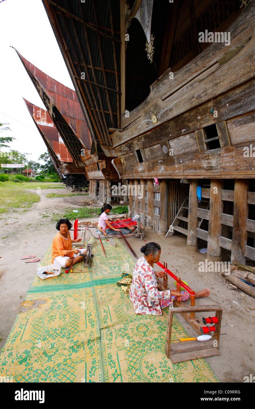 Female weaver and female spinner, Batak culture, Samosir Island, Lake Toba, Batak region, Sumatra, Indonesia, Southeast - Stock Image