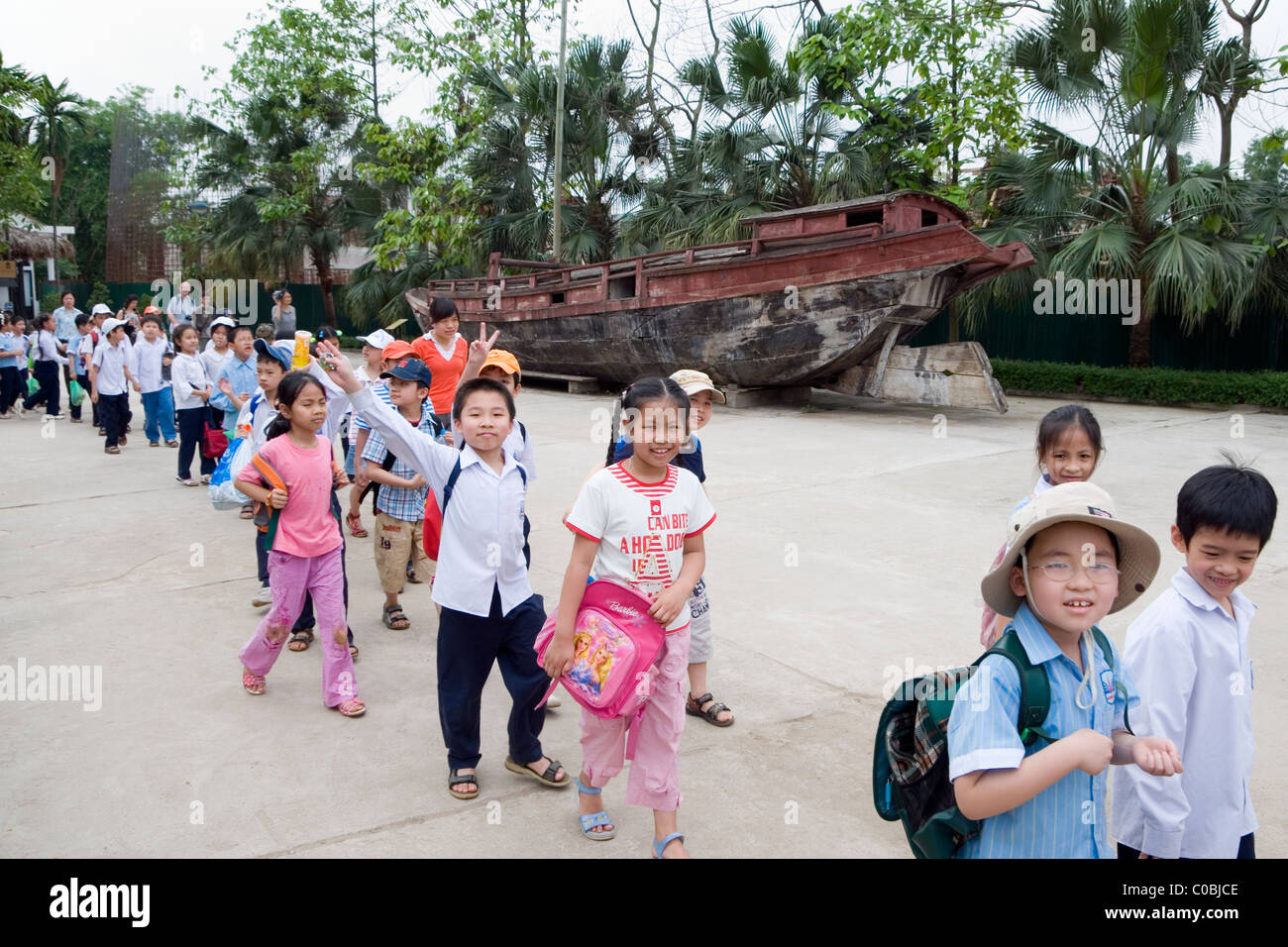School children visiting the Vietnam Museum of Ethnology, Nguyen Van Huyen St, Cau Giay, Hanoi, Vietnam - Stock Image