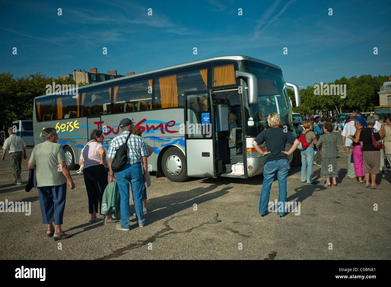 tour bus paris stock photos tour bus paris stock images alamy. Black Bedroom Furniture Sets. Home Design Ideas