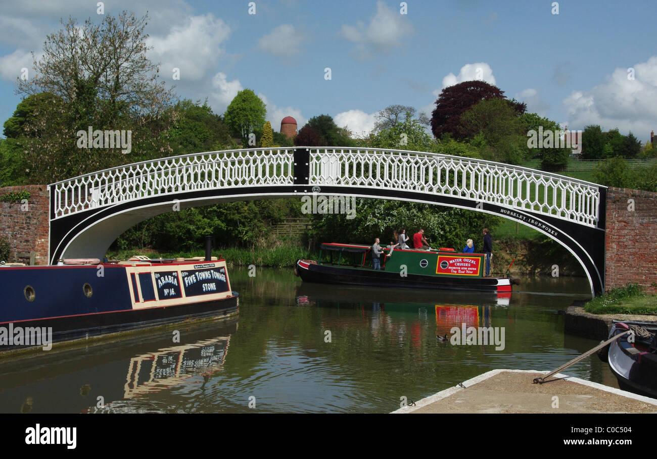 The roving bridge and colourful narrowboats at Braunston Marina, Northamptonshire, England, UK - Stock Image