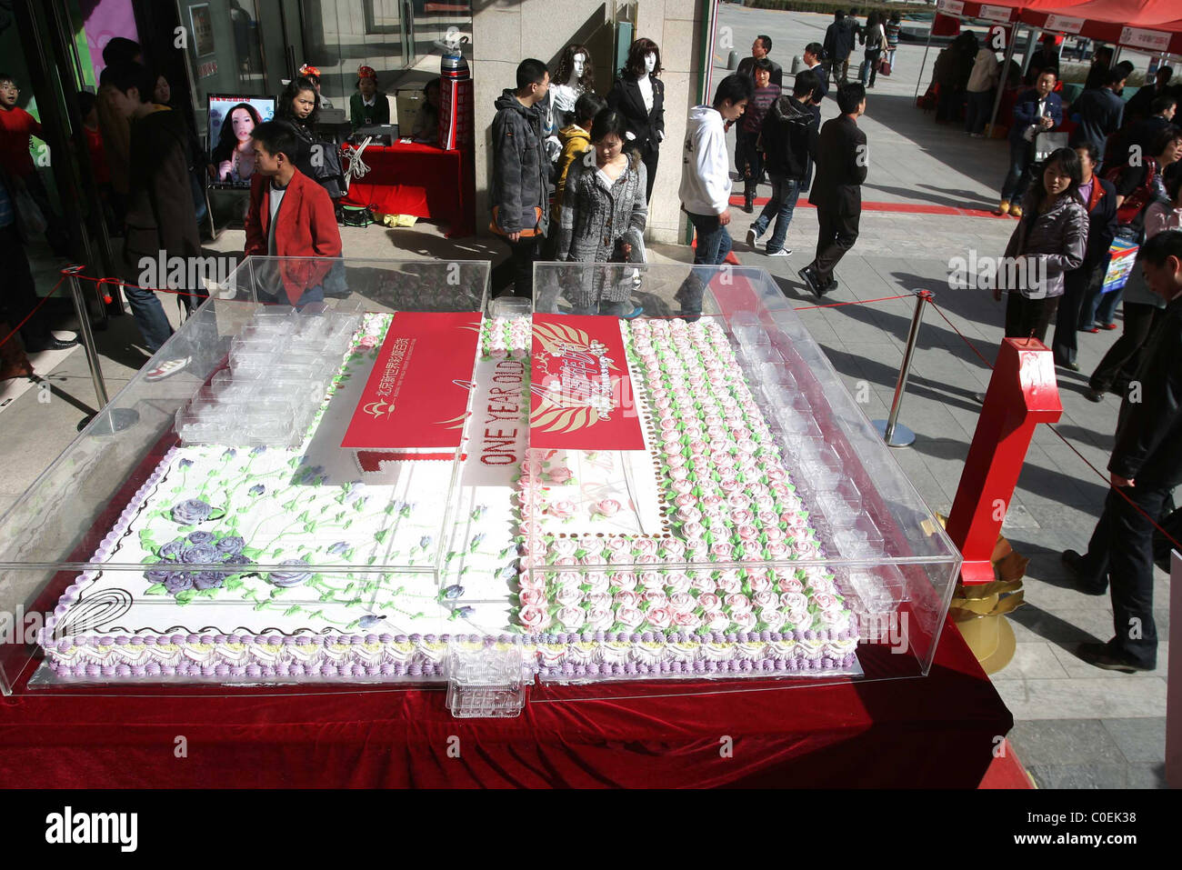 Fine Gigantic Cake Stock Photos Gigantic Cake Stock Images Alamy Personalised Birthday Cards Veneteletsinfo