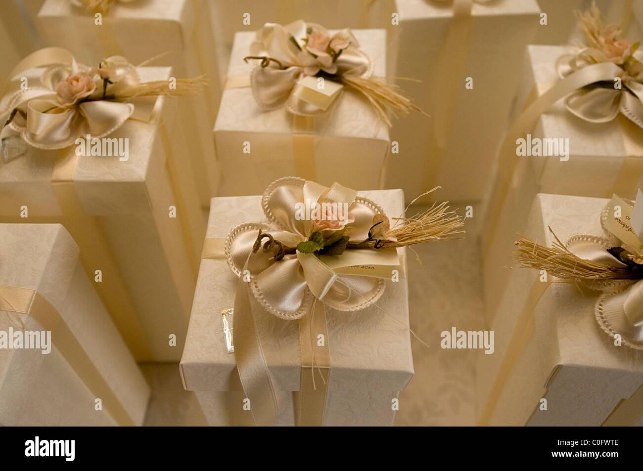 f6cd3f77d7f8d wedding presents Stock Photo: 34770302 - Alamy