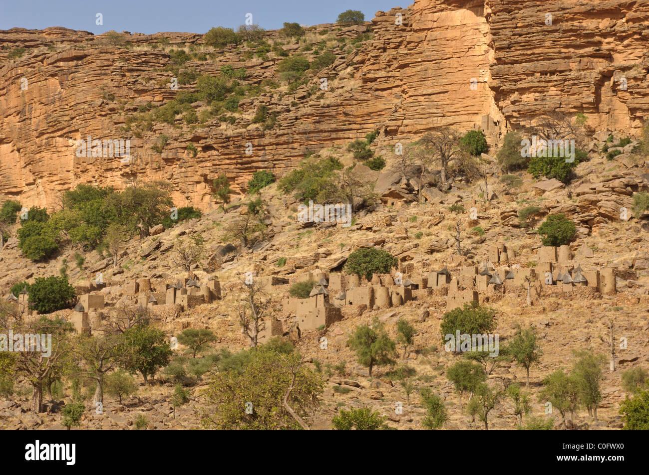 Dogon village of Neni built under the cliffs of  Bandiagara Escarpment. Pays Dogon, Mali - Stock Image