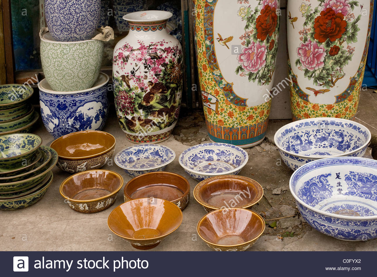 Chinese vases on sale on a street of Suzhou, China - Stock Image