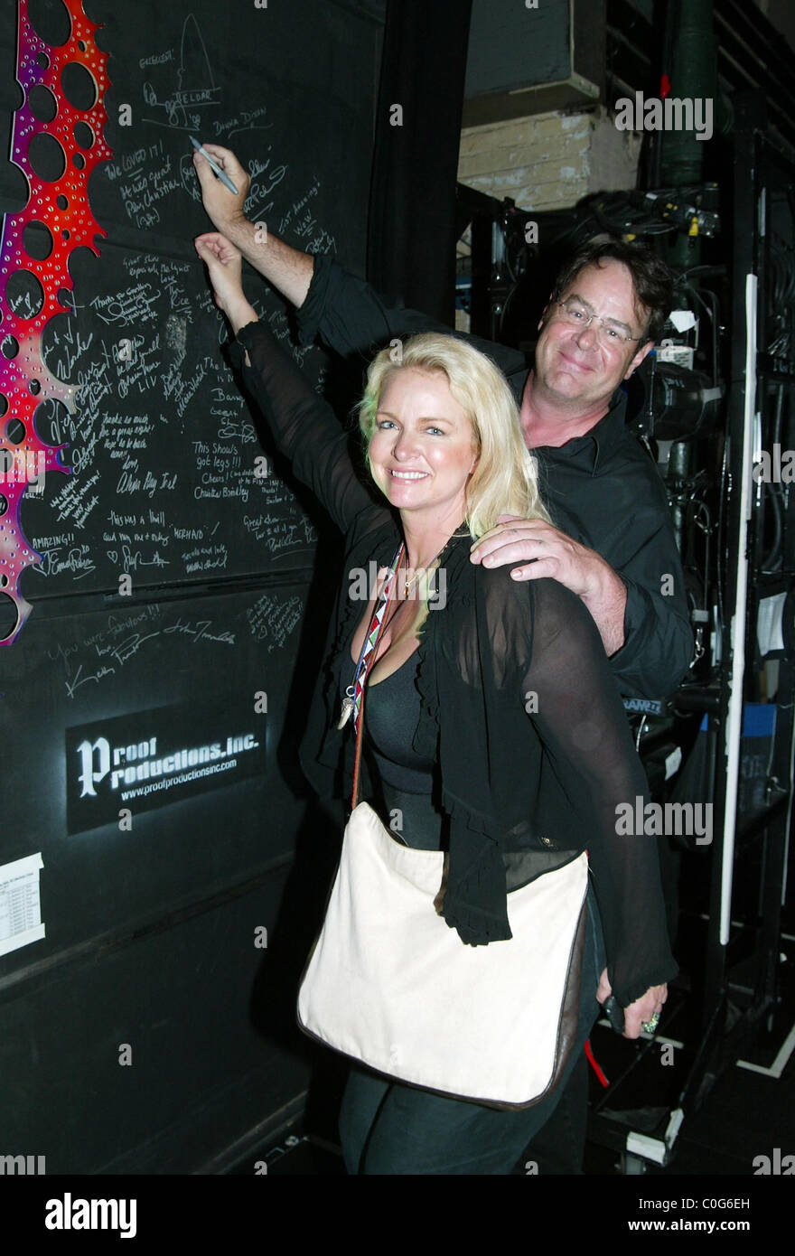 """Donna Dixon and her husband Dan Aykroyd Backstage at the Broadway musical 'The Little Mermaid"""" at the Lunt-Fontanne Stock Photo"""