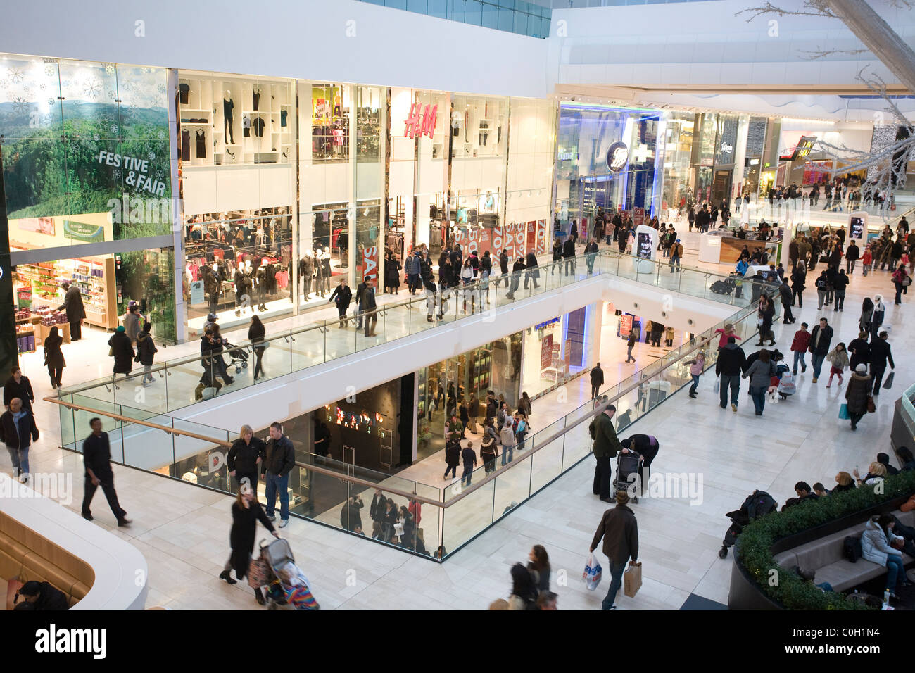 Shoppers looking for Sale bargains at Westfield shopping centre in Shepard's Bush, London, England UK. Photo:Jeff - Stock Image