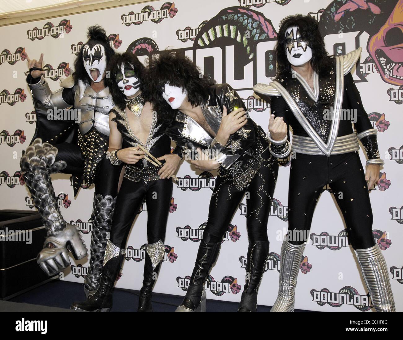 Kiss Tommy Thayer Makeup: Gene Simmons Kiss Backstage Stock Photos & Gene Simmons