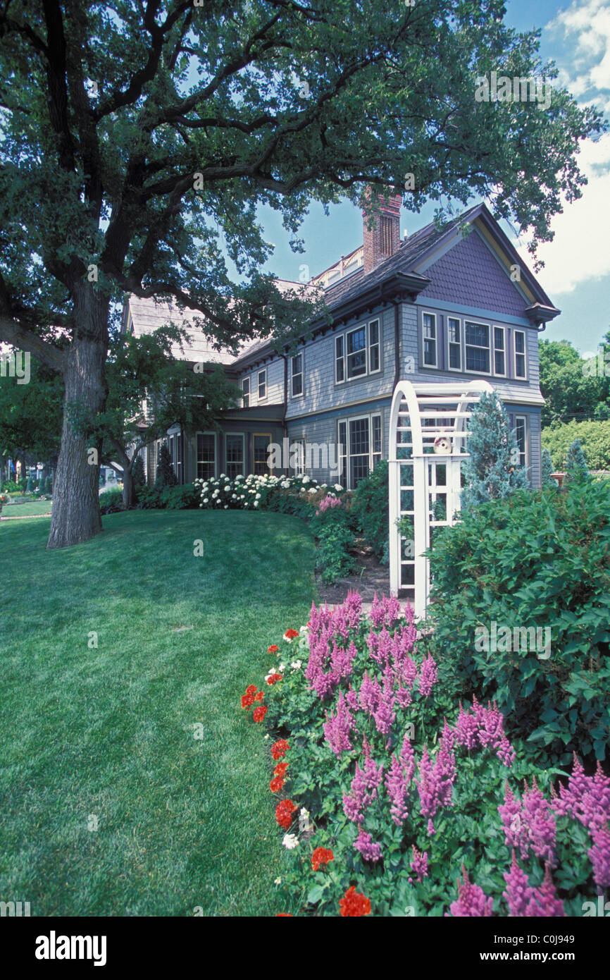 BORDER GARDEN OF ASTILBE VISIONS AND HEDGE DWARF KOREAN LILAC SHRUBS IN MINNESOTA VICTORIAN PAINTED LADY BACK