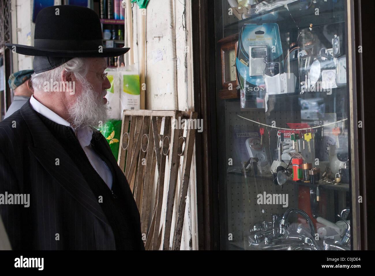 Ultra-Orthodox Haredi Jew window shopping - Stock Image