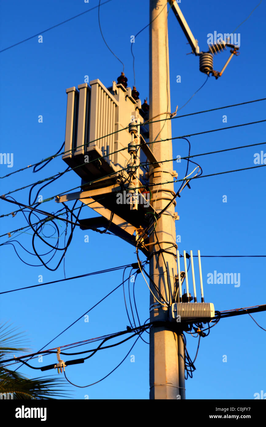 light pole distribution transformer messy wires C0JFY7 electric power pole transformer stock photos & electric power pole