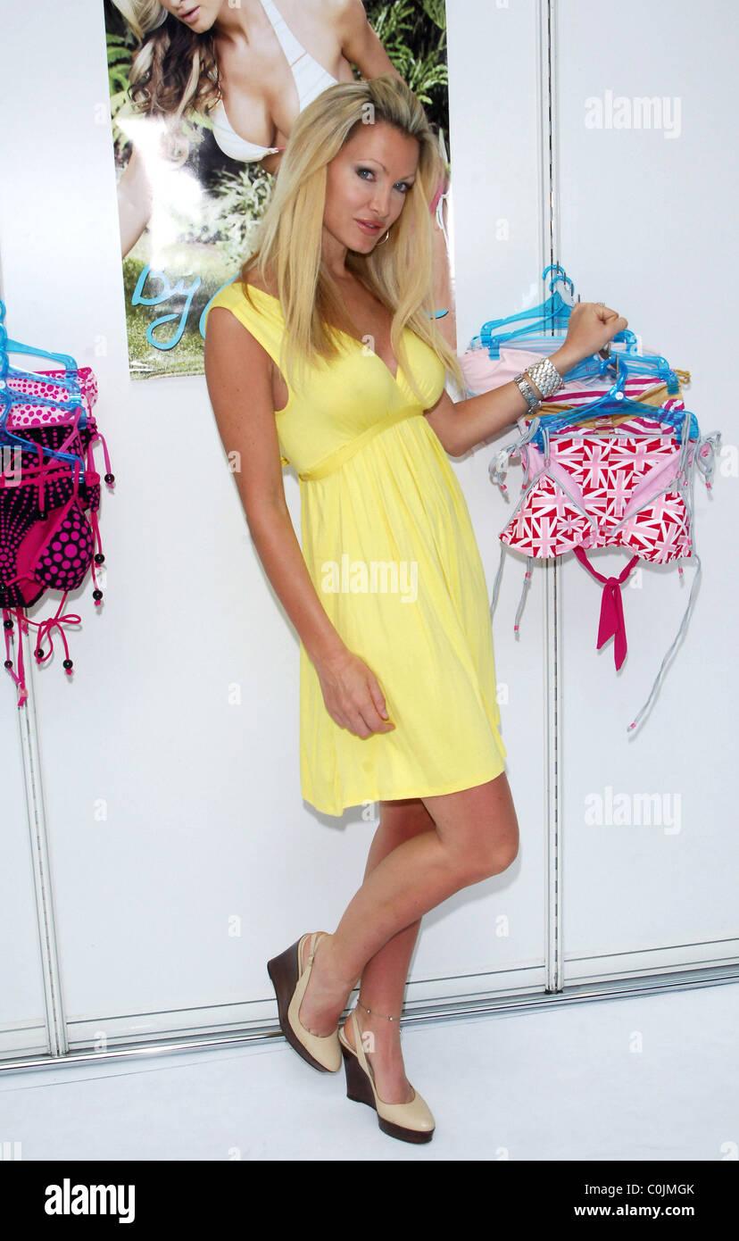 Super süße große Auswahl an Farben und Designs am besten bewertet neuesten Model Caprice Presents New Swimwear Stock Photos & Model ...