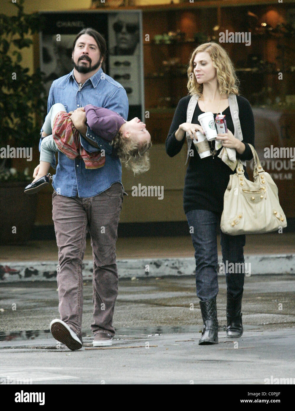 dave grohl has a stroll in bel-air with daughter violet maye grohl stock photo  34918311