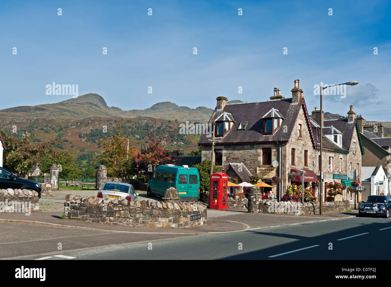 The main street through Killin in Tayside Scotland with the Tarmachan Ridge behind (left) - Stock Image