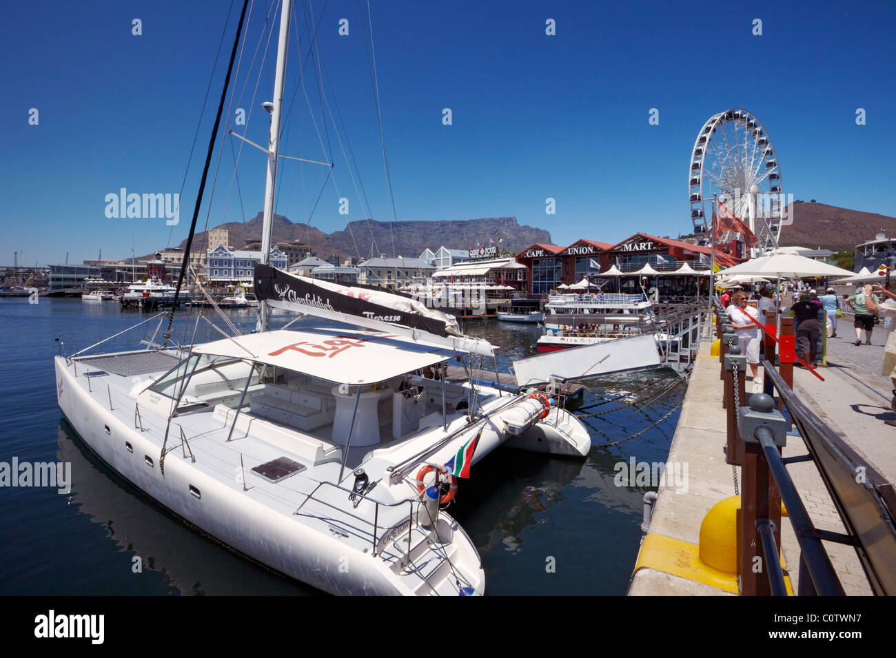 Boats in the harbour of V&A Waterfront with the Wheel of Excellence and Table Mountain beyond. Cape Town. South - Stock Image