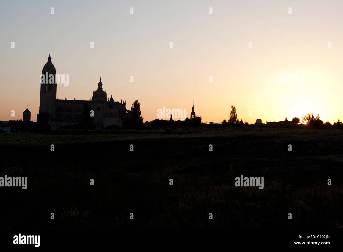 Back light view of Segovia Cathedral (Spain) at dawn - Stock Image