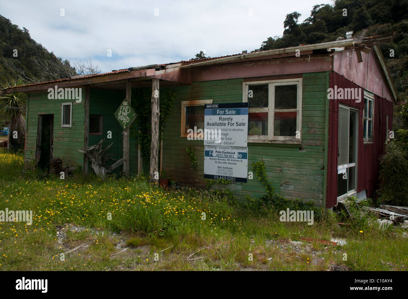 The house at the end of the road in the far south of New Zealand's West Coast is for sale   Zum Verkauf am Ende - Stock Image