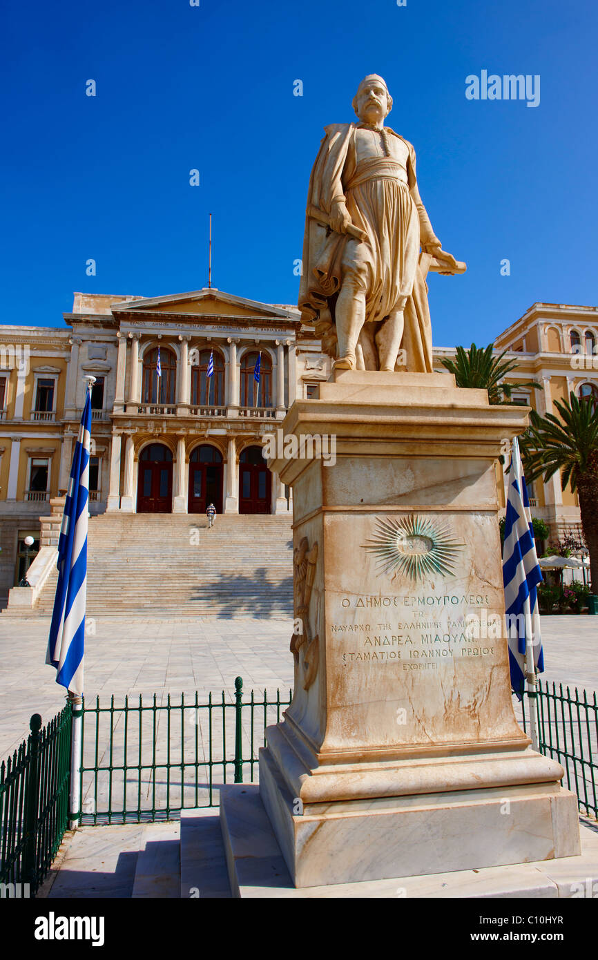 Statue of  Andreas Miaoulis, admiral of the Greek War of Independence, and the Neo Classic City Hall of Ermoupolis, - Stock Image