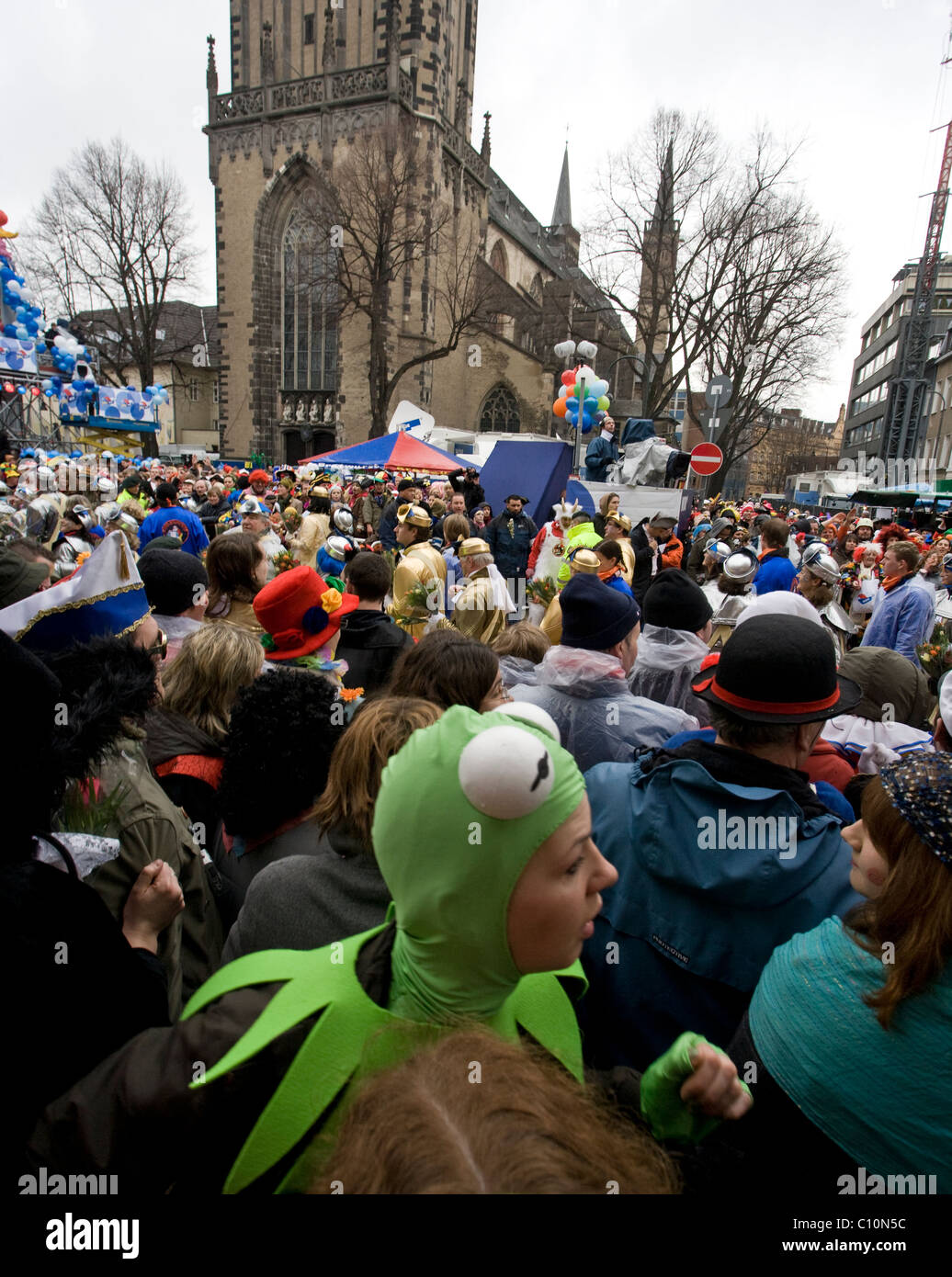 A crowd enjoys the carnival parade in the streets close to the Cathedral in Cologne (Germany) - Stock Image