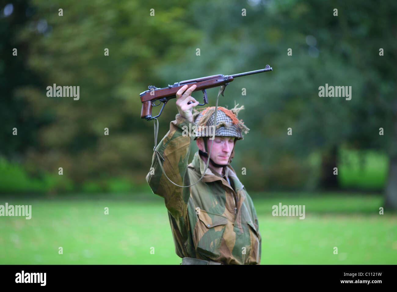 Reconstruction WW2 soldier with US M1E5 M1 Garant machine gun variant with folding stock for paratroops - Stock Image