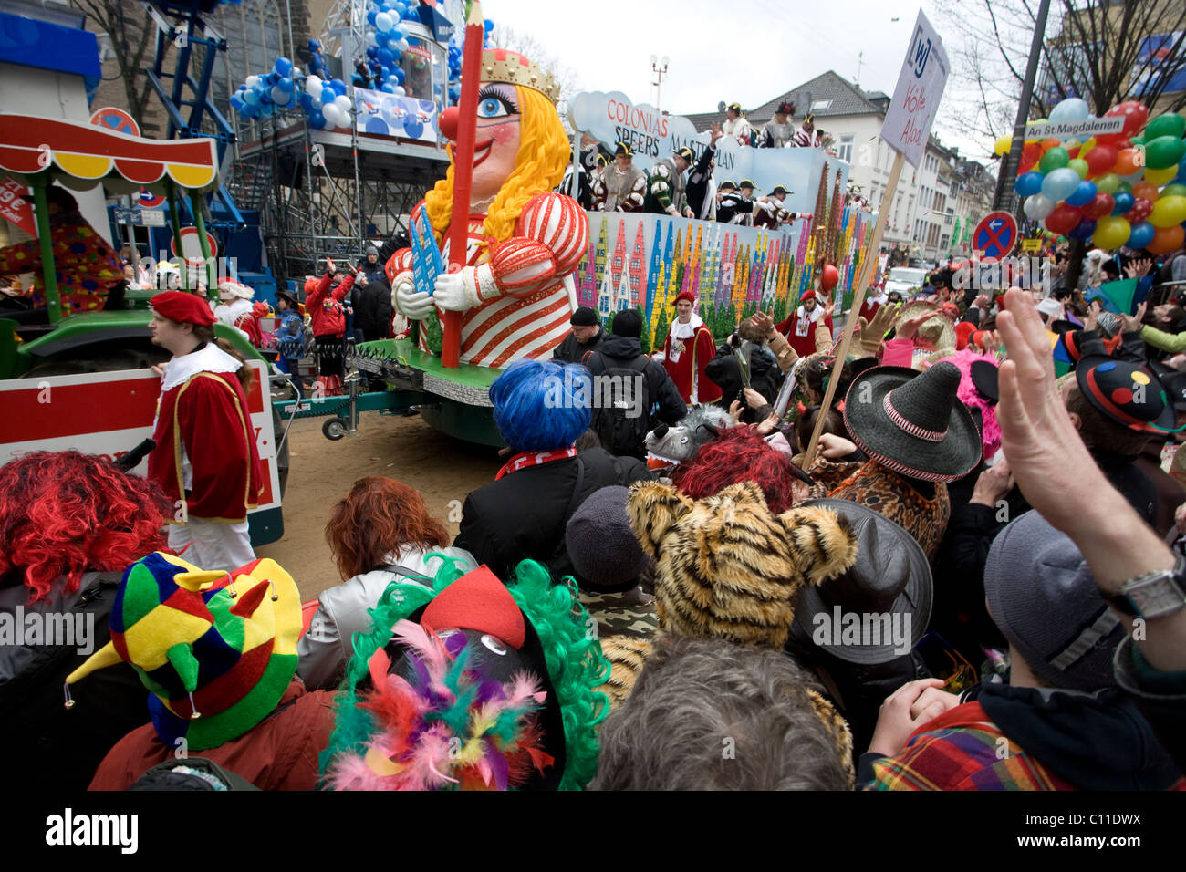A crowds enjoy the carnival parade in the streets of Cologne (Germany) - Stock Image