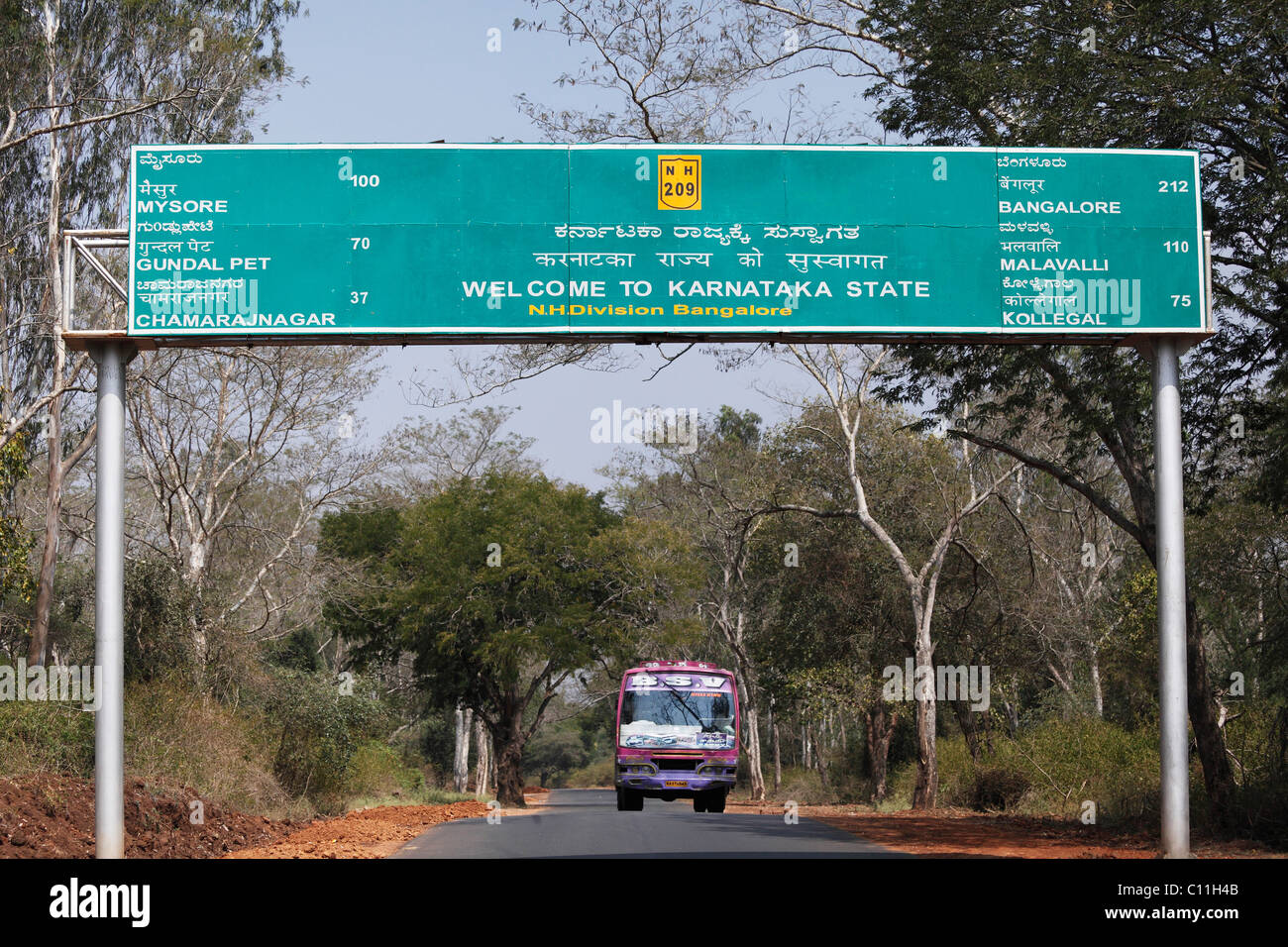 State border with Karnataka, sign in three languages, Kannada, Tamil and English, South India, India, South Asia, - Stock Image