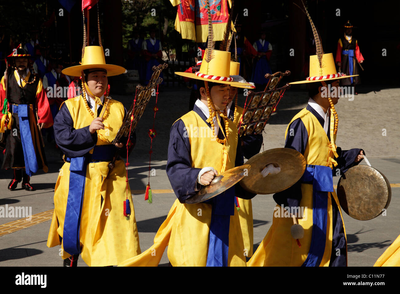 Ceremony of the guards in front of the Deoksugung royal palace, Palace of Longevity, in the Korean capital , South Stock Photo