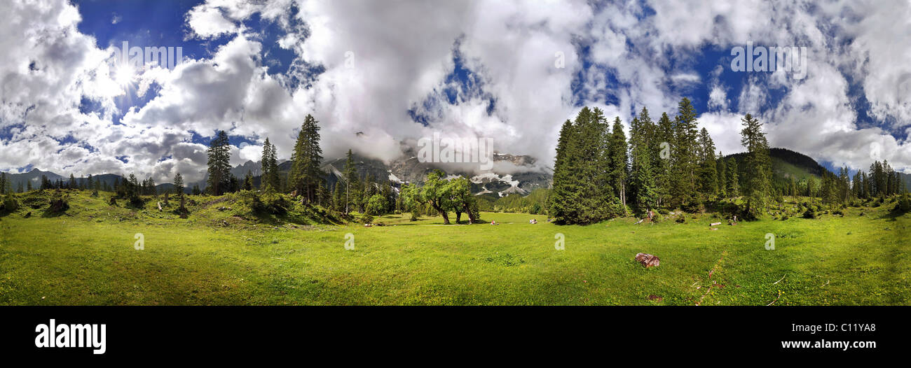 360 ° mountain panorama with unusual cloud formation, mountain forest and maple trees, Kleiner Ahornboden, - Stock Image
