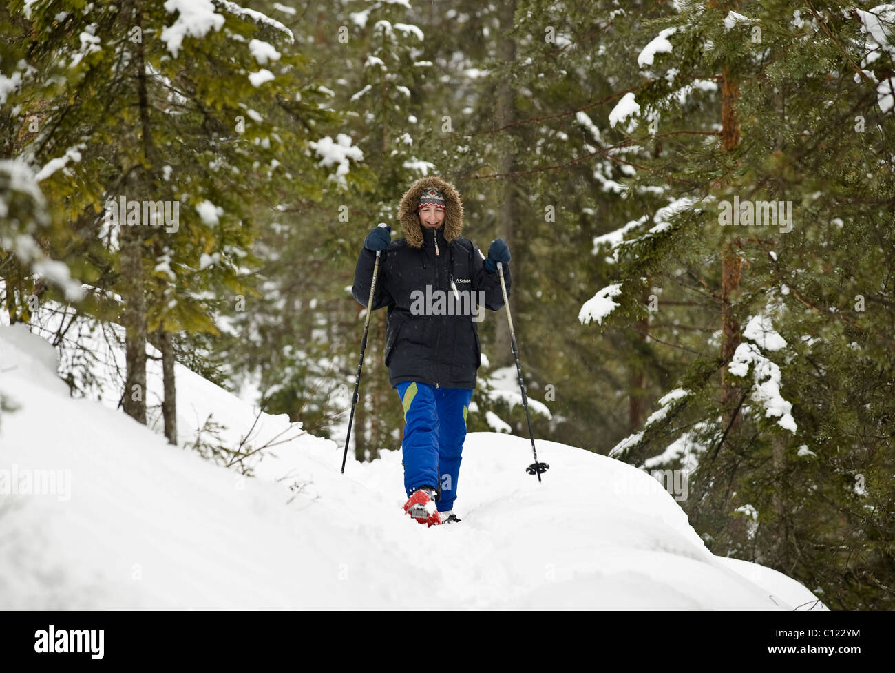 Women walking with snowshoes - Stock Image