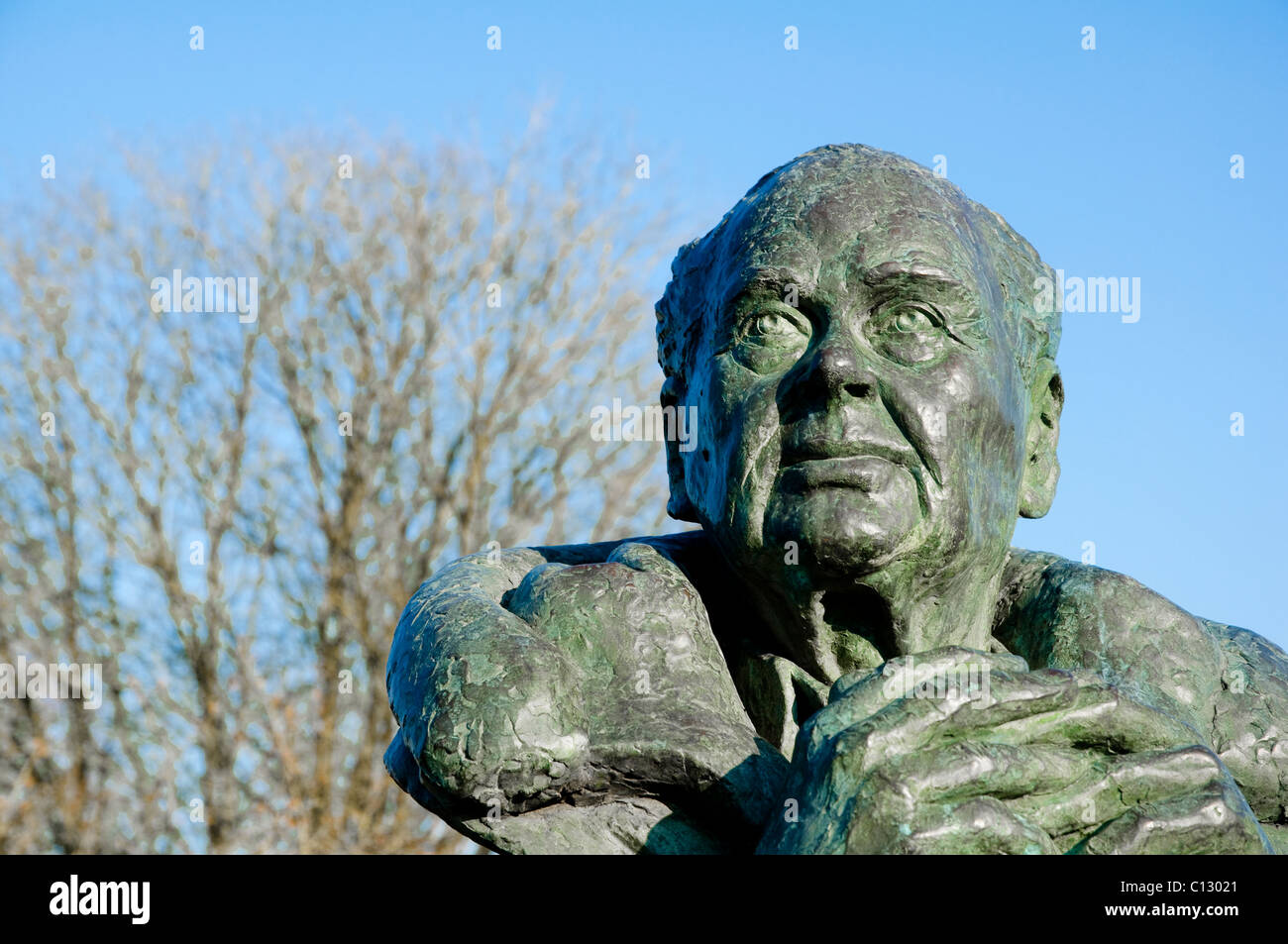 Sir Peter Scott ( bronze bust ) situated within Slimbridge Wildfowl & Wetlands Trust  - which he founded in 1946. Stock Photo