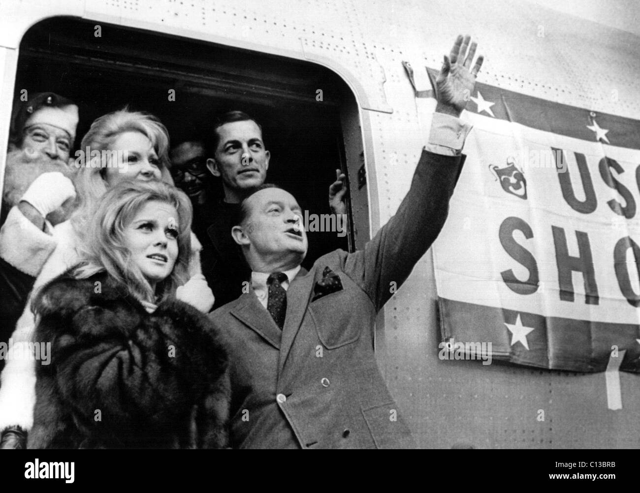 ANN-MARGRET, BOB HOPE and Co. wave goodbye at the conclusion of Hope's 1968 Vietnam Christmas show tour - Stock Image