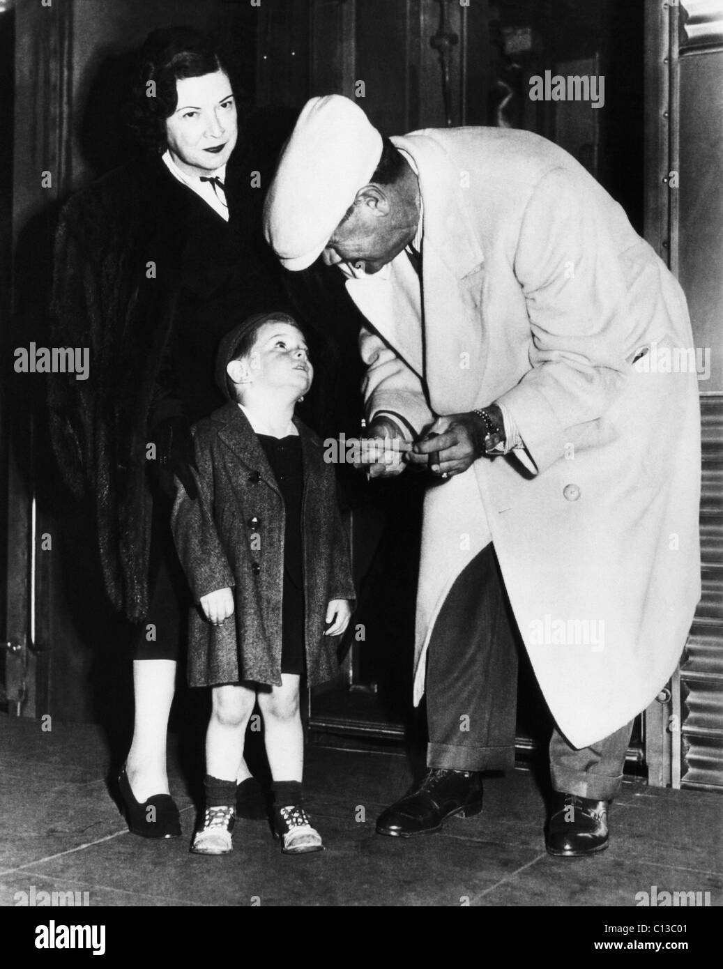 New York Yankees. Claire Hodgson Ruth, Armstead Williams, retired Yankees outfielder Babe Ruth, signing autograph - Stock Image